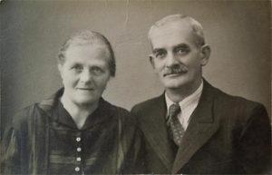 Nevlastní matka Marie Rušarová a otec Jan Horák.