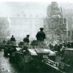 Němečtí vojáci obsazují Olomouc, Horní náměstí, Sloup nejsvětější Trojice, 13. března 1939. Foceno od radnice, cca z prostoru před orlojem.