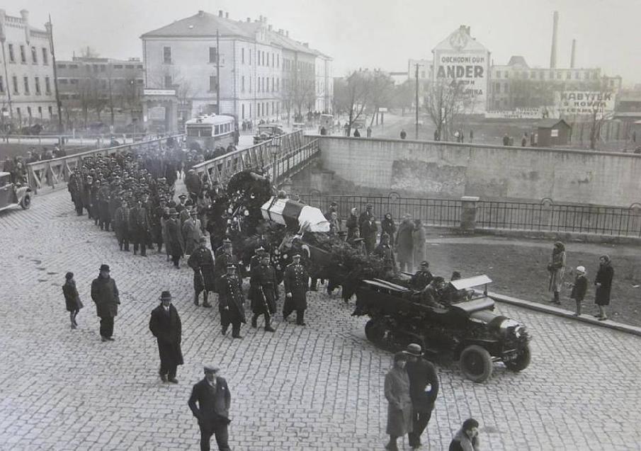 Pohřeb pilota F.Konečníka a pozorovatele J.Chmelaře z Leteckého pluku 2. (Kdo by hledal chrám Sv.Gorazda, nehledejte. Byl postaven až roku 1939.)